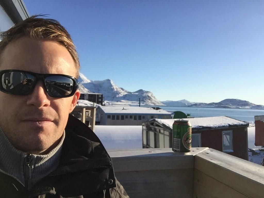 Solskin og kold øl nyes på terassen